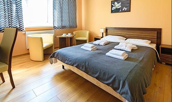 Zdjęcie łóżka w pokoju hotelowym